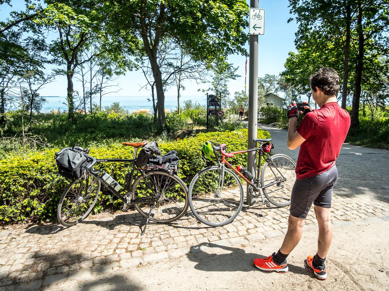 Zwei Rennräder, ein Sohn und am Horizont die Ostsee