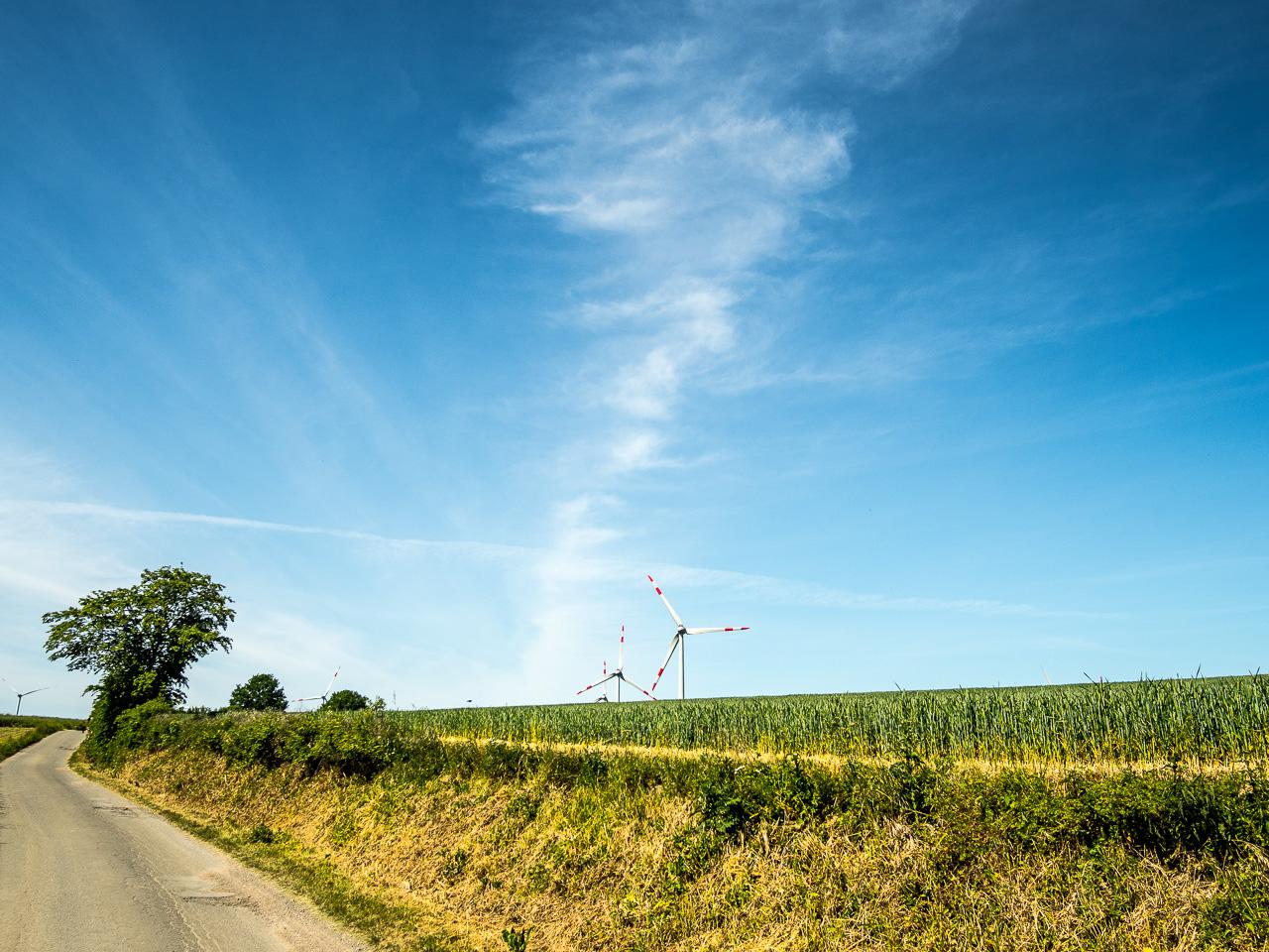 Landstraße und Windräder im ostholsteinischen Hinterland