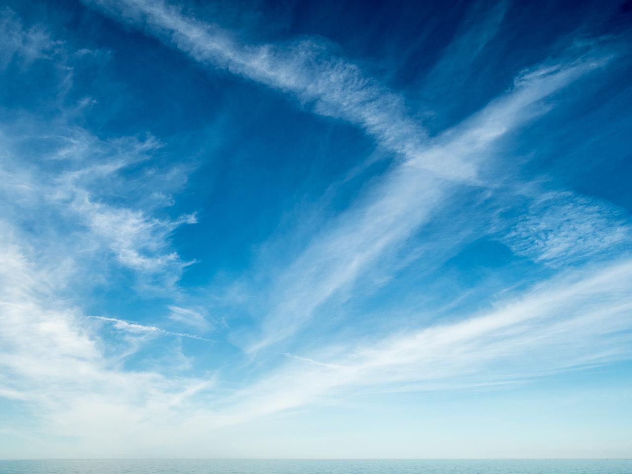Viel Himmel mit Wolken und wenig Meer