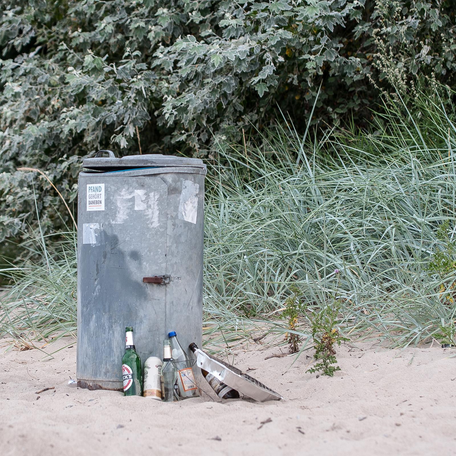 Mülltonne mit Aufkleber Pfand gehört daneben, Strand von Travemünde