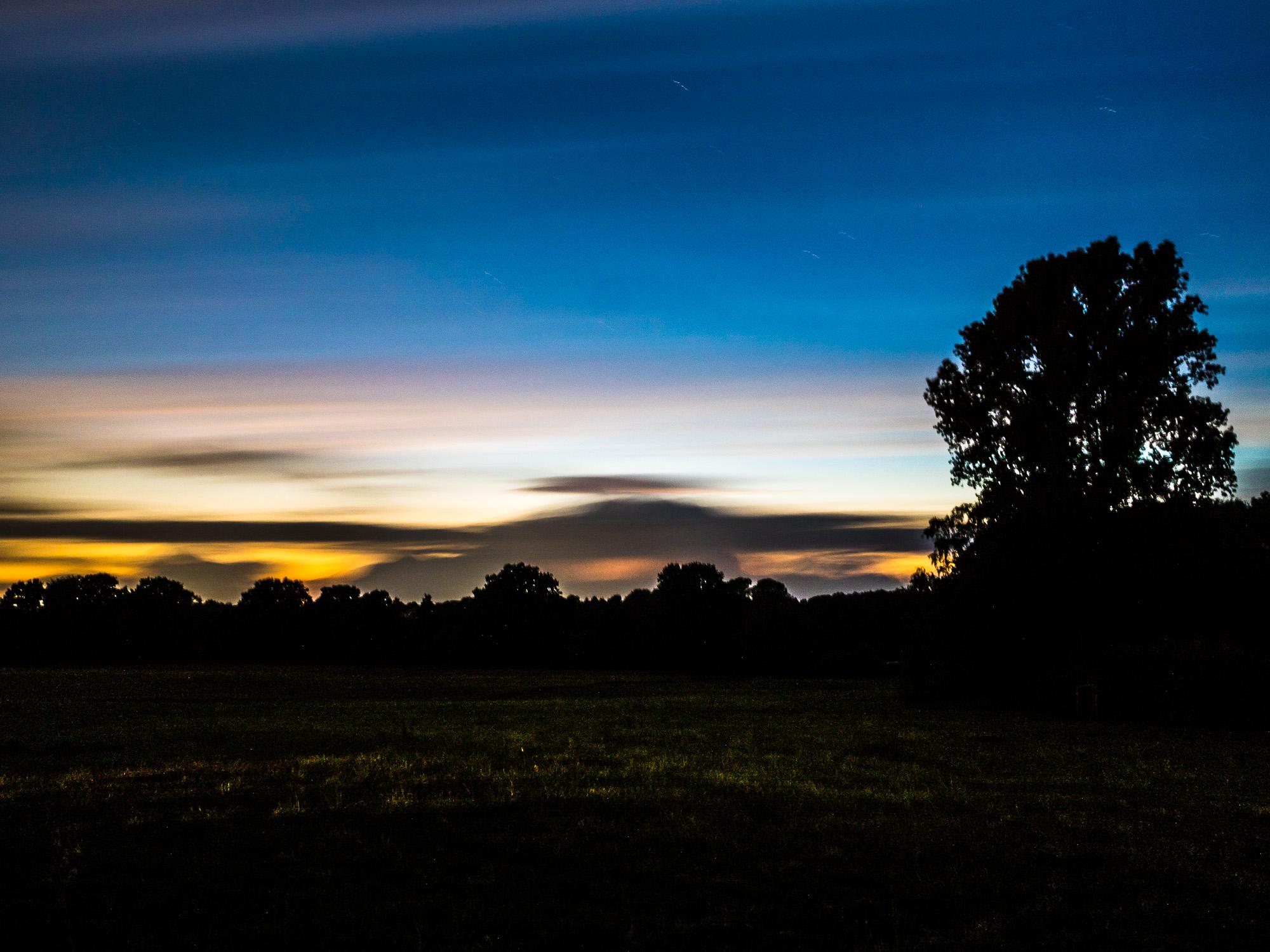 Abendhimmel mit gewitterbeleuchteten Wolken