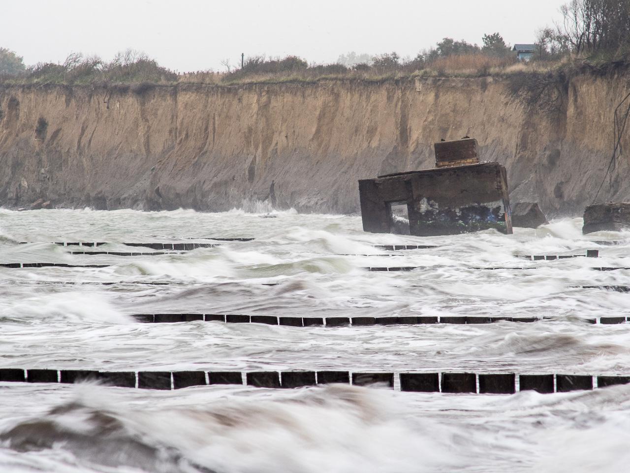 Hohes Ufer bei Regen und Sturm