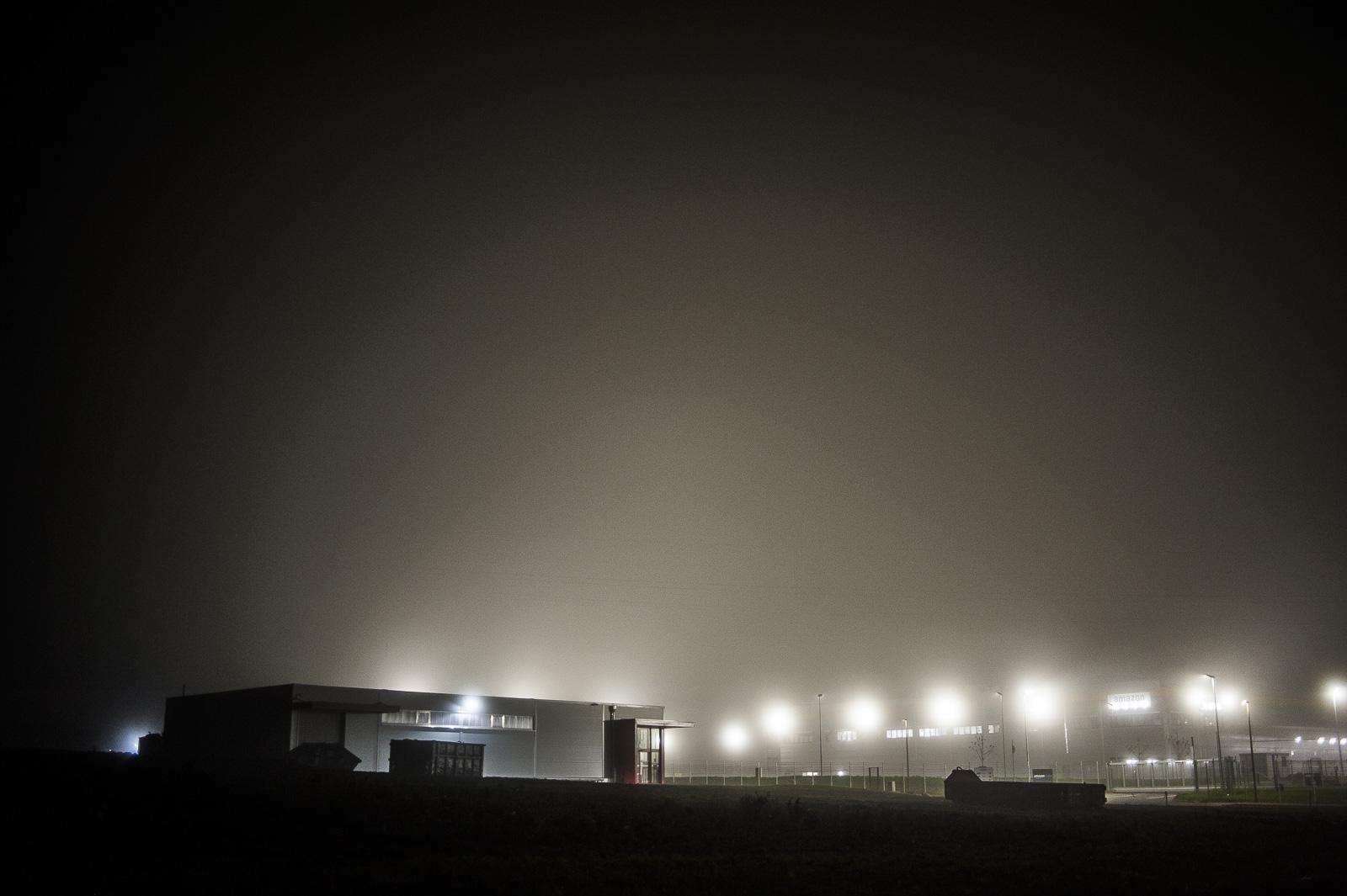 Amazon-Verteilzentrum, nachts