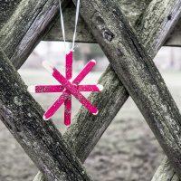 Stern aus Stieleis-Hölzern am Kirchenzaun