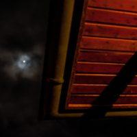 Vollmond hinter Wolken, Weitwinkelaufnahme mit Dachüberstand