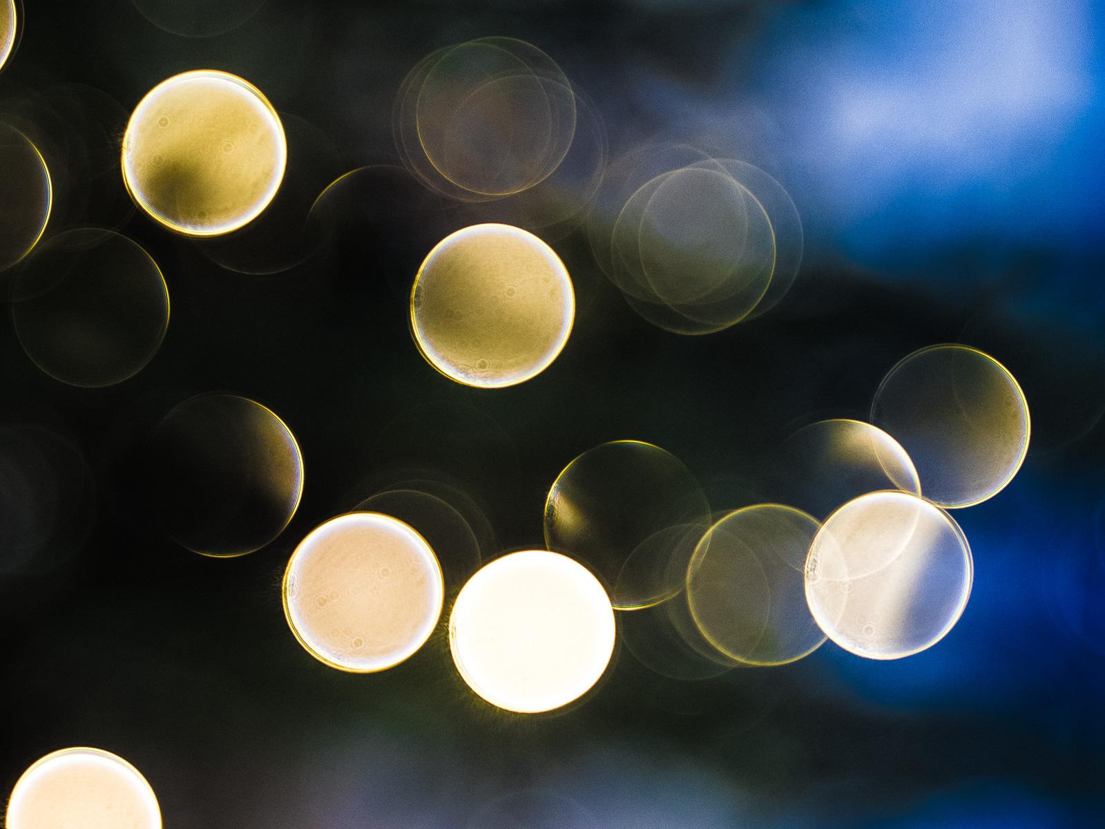 Reflexe der Weihnachtsbeleuchtung als Lichtkullern